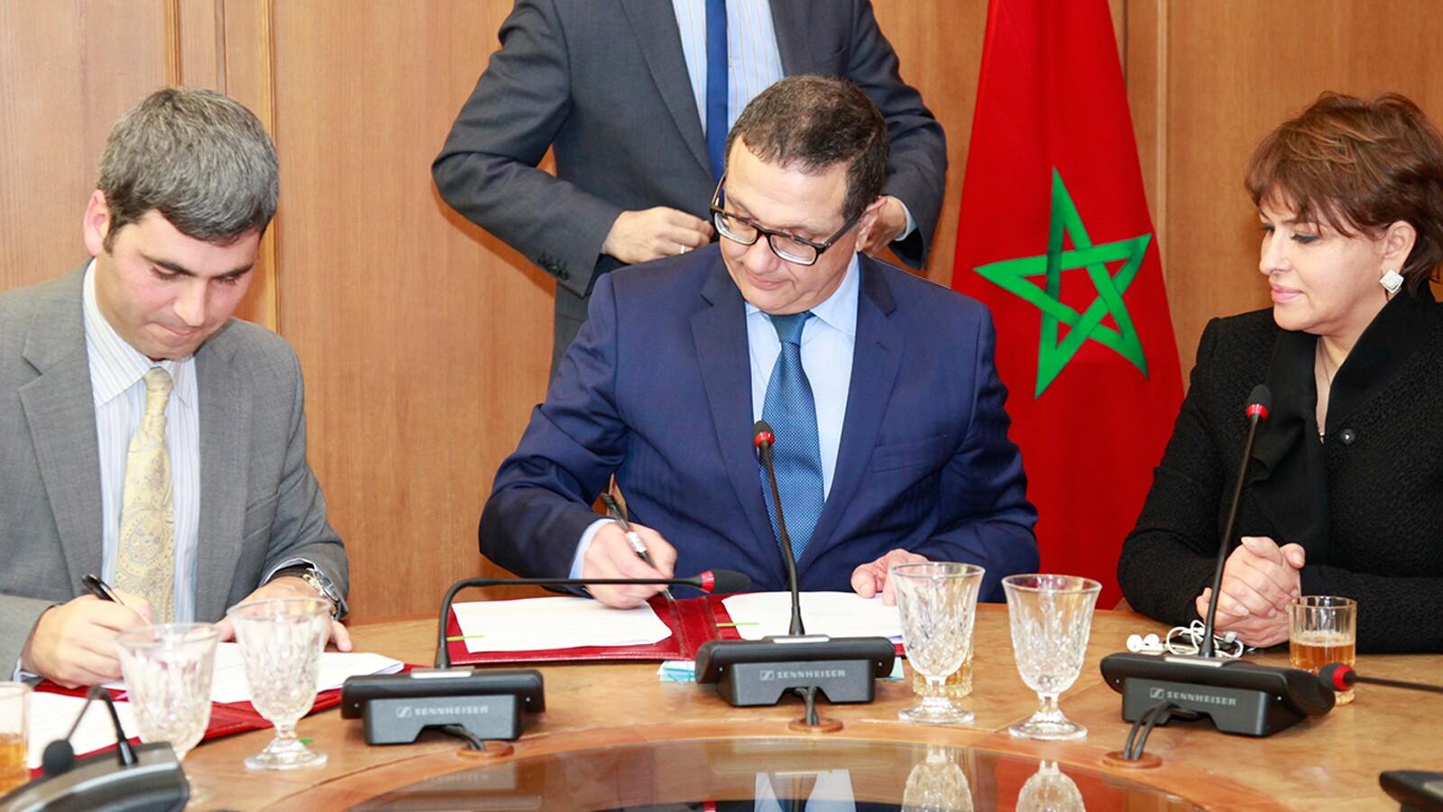 Le ministre de l'Economie et des finances, Mohamed Boussaïd, et la ministre déléguée à l'Environnement, Hakima El Haite, lors de la signature d'un prêt de 130 millions de dollars en mars 2015 avec la Banque mondiale dans le cadre   du développement du secteur des déchets ménagers. En l'absence de filières nationales de valorisation, les cimentiers marocains importent chaque année plusieurs dizaines de milliers de tonnes de déchets, principalement de l'Union européenne. MAP