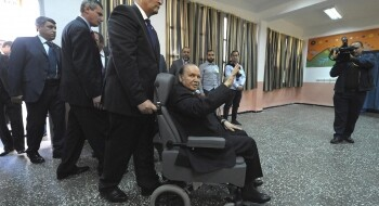 Abdelaziz Bouteflika lors d'une de ses rares apparitions publiques à l'occasion du vote pour l'élection présidentielle d'avril 2014. SIDALI DJARBOUB / AP