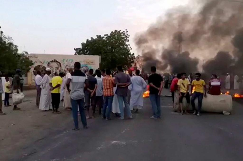 انقلاب عسكري في السودان واعتقال عدد من المسؤولين الحكوميين